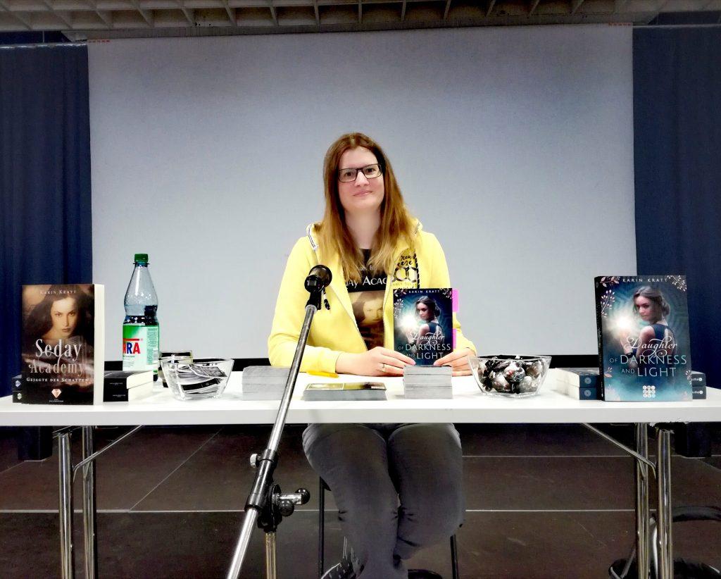 """Schüler-Lesung von Fantasy-Autorin Karin Kratt aus """"Daughter of Darkness and Light""""."""